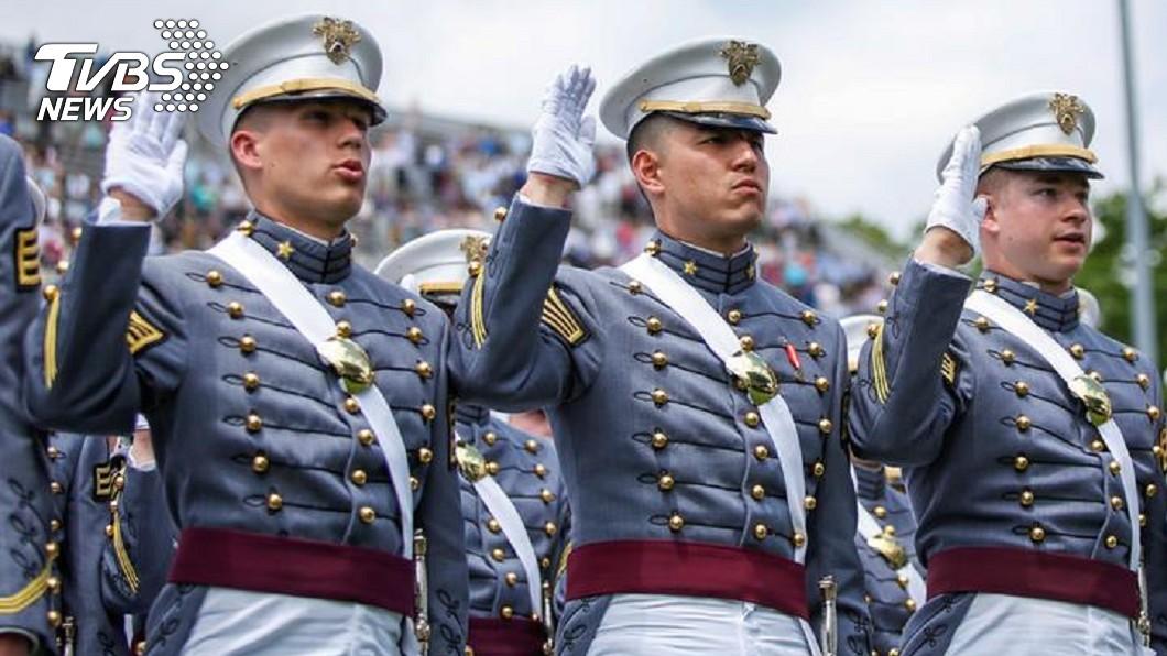 西點軍校學生5月畢業典禮發表誓言畫面。示意圖/達志影像路透社 留不住?國軍斥資千萬赴美受訓傳「退伍潮」