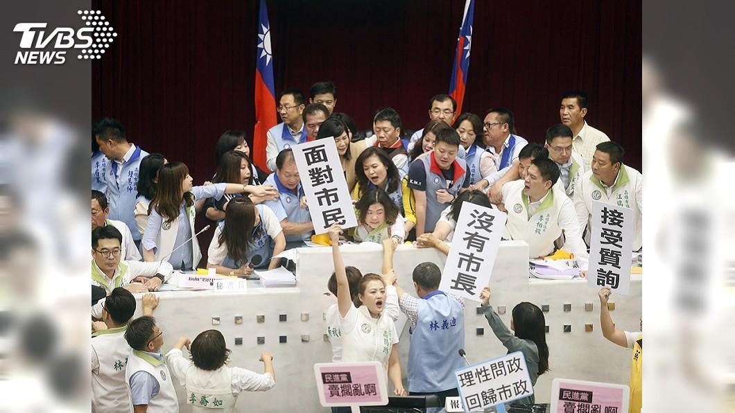 圖/中央社 韓國瑜缺席藍綠議員肢體衝突 主席動用警察權