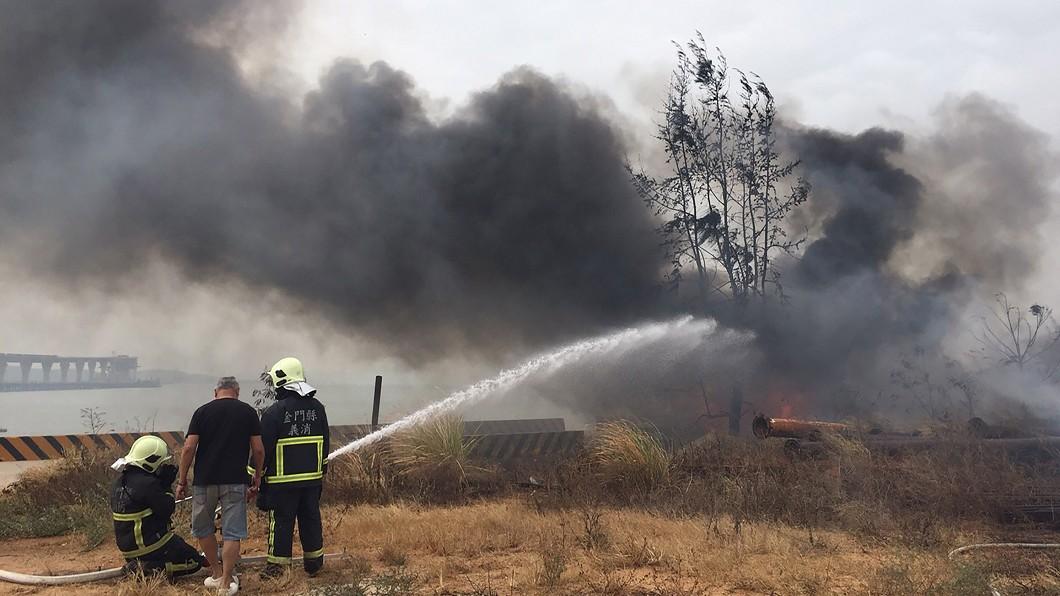 圖/中央社(民眾提供) 金門大橋工地火警黑煙漫天 前廠商廢棄物焚毀