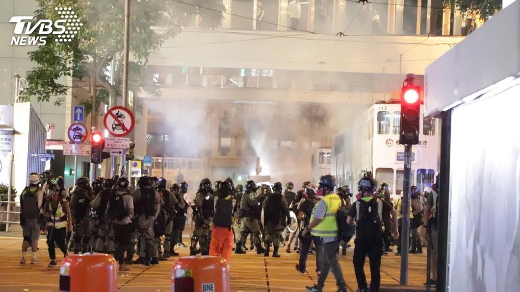 圖/中央社 禁蒙面法遇萬聖節 港警再採無差別圍堵噴驅離
