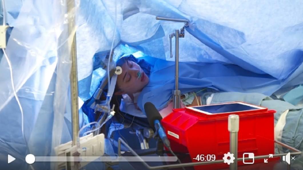 珍娜動開腦手術(圖/翻攝自臉書Methodist Dallas Medical Center) 女大生直播開腦手術!全程清醒上萬人觀看