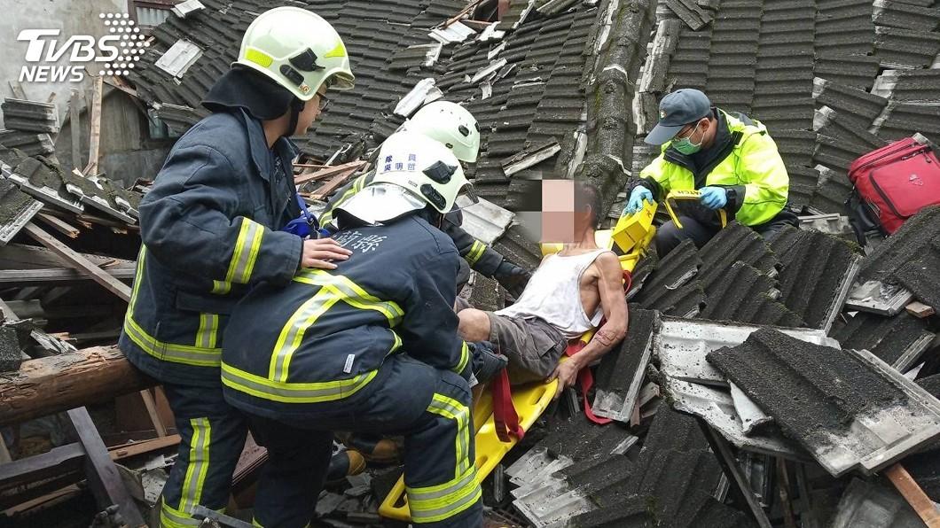 圖/翻攝照片 遊民內急三合院找廁所 屋頂突塌陷遭壓受困