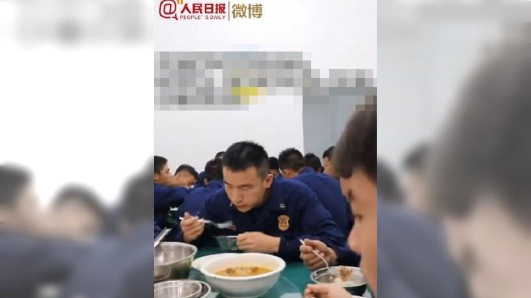 圖/翻攝自人民日報 消防員全拿叉子吃飯 背後辛酸惹哭大批網友