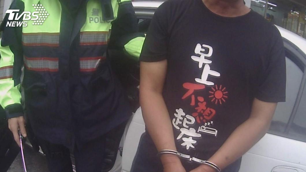 圖/中央社(翻攝照片) 街頭被逮怕丟臉 通緝犯要員警盡快帶他走