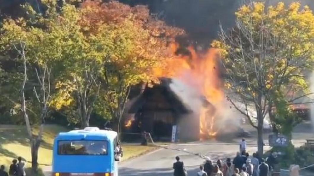 圖/翻攝 @Gt8VUlzRG7buafO twitter 又跟日本世界遺產有關 白川鄉合掌村驚傳火災