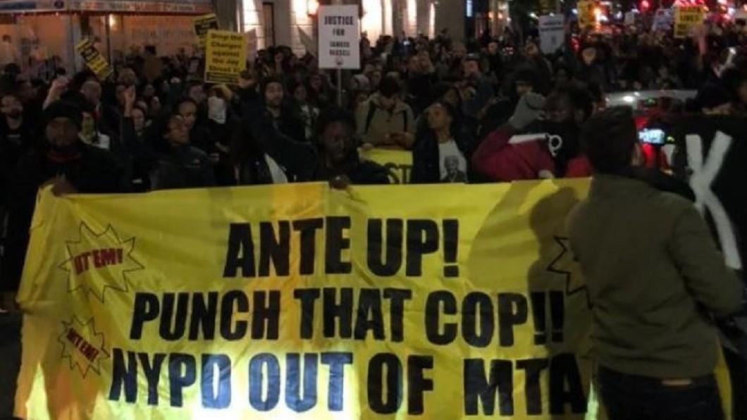 圖/翻攝 Taylor Lorenz twitter 不滿警察地鐵站濫用暴力 紐約市民街頭示威