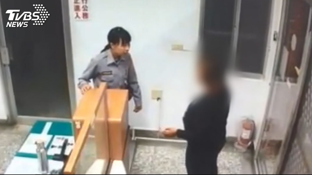 印尼籍外配狠心刺死前夫和女兒共36刀,犯後徒步到派出所自首。(圖/TVBS) 36刀刺死前夫和女兒 外配「不後悔」免死判關28年