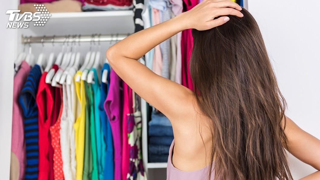 女大生買了太多不必要的衣服。示意圖/TVBS 愛亂買衣服!她暖心分送 街友阿姨淚謝:寒冬沒錢買
