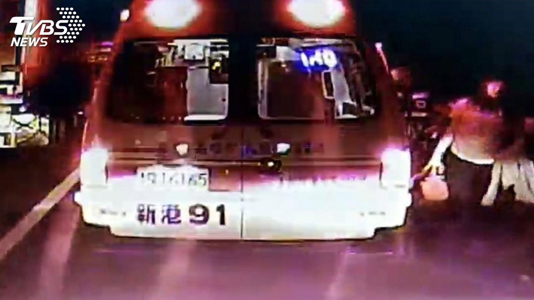 圖/嘉義市消防局提供 急產孕婦遇事故塞國道 救護車送醫解圍