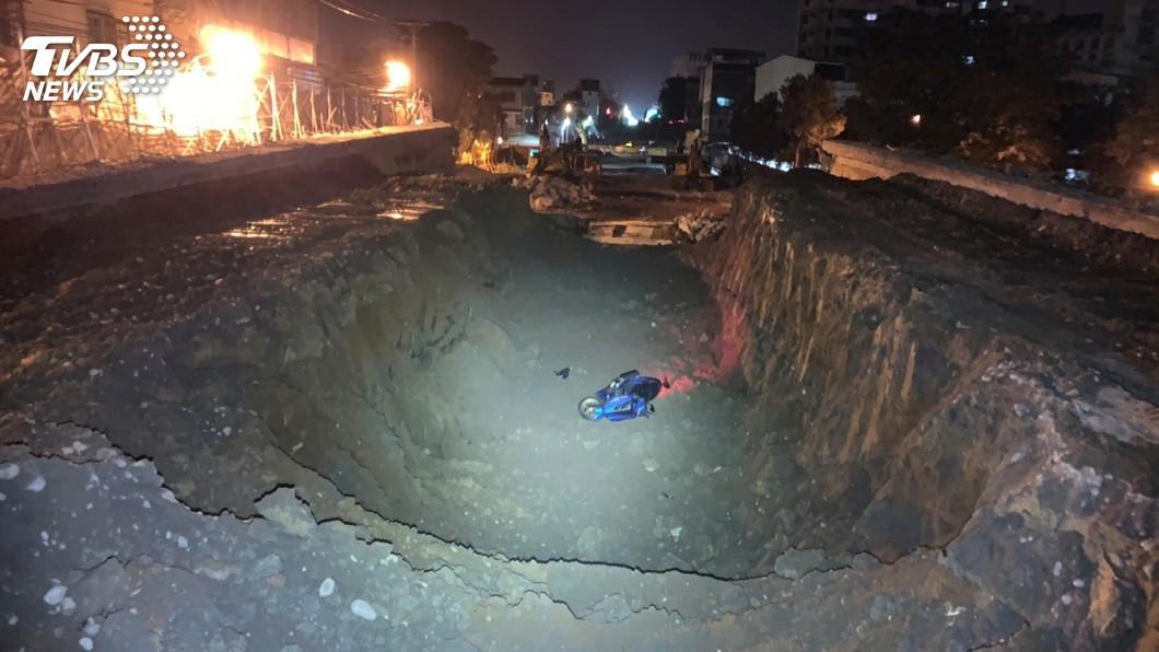 圖/警方提供 酒後衝撞拆橋工地圍籬 騎士連人帶車摔入坑洞