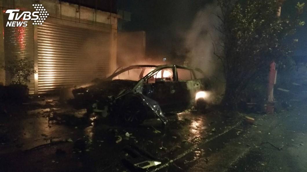 圖/宜蘭縣消防局提供 男子酒駕撞民宅圍牆 車輛起火燃燒殆盡