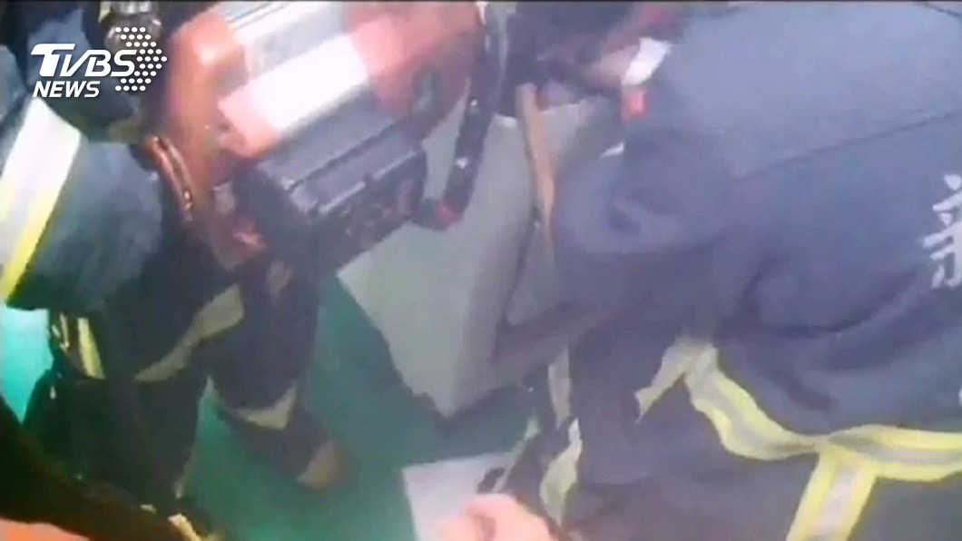 1名移工在維修攪拌機時,不慎被機器捲入,當場失去呼吸心跳。(圖/TVBS) 維修攪拌機電源突啟動 移工上半身被卡命危