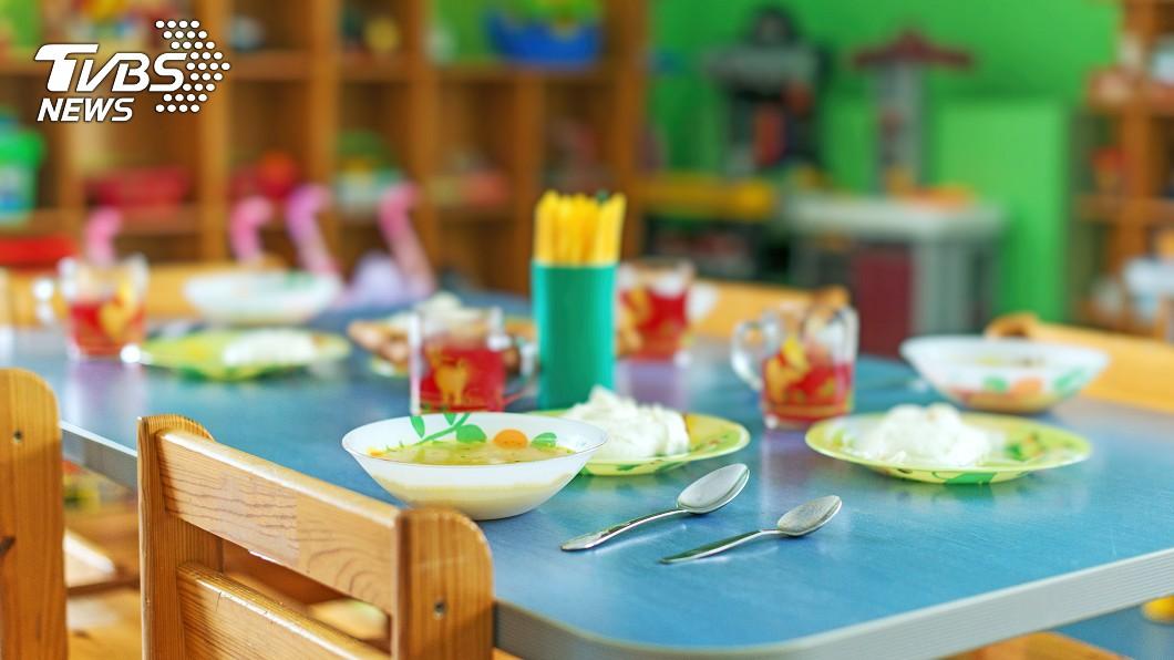父母總是想把最好的東西給小孩。示意圖/TVBS 幼稚園學費7萬竟餵「發霉食物」 家長怨:女兒還長鬍子