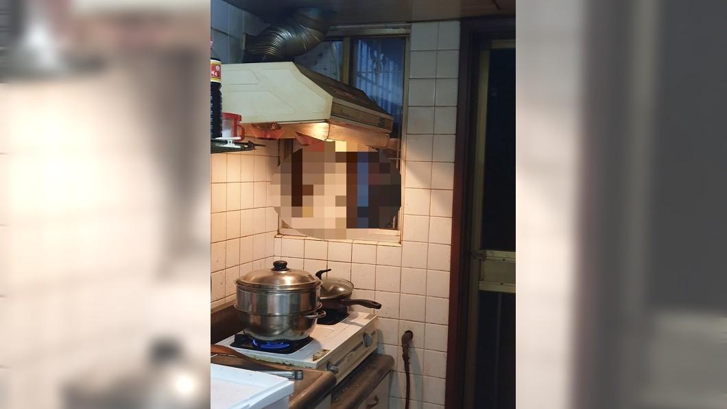 圖/翻攝爆怨公社臉書 驚!做菜到一半黑影窗外偷窺 真相曝光破萬網笑瘋