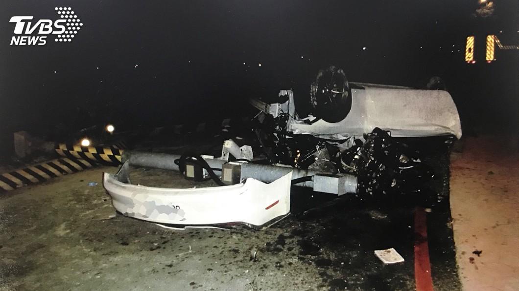 圖/警方提供 疑超速失控自撞分隔島 男子被甩出跑車外慘死