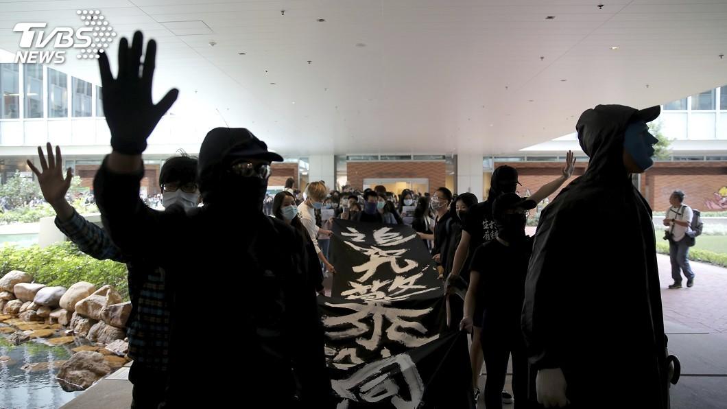 圖/達志影像美聯社 港反送中氛圍續籠罩校園 中大學生畢業典禮遊行