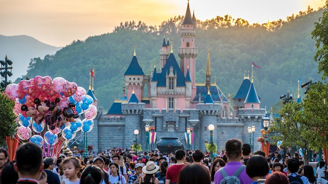迪士尼示意圖 (圖/TVBS) 迪士尼公主燦笑陪拍照 竟遭噁男鹹豬手襲胸