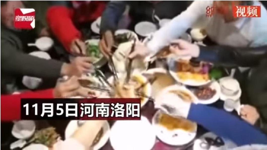 日前河南一處婚宴上,賓客一看到豬腳上桌,每個人爭先恐後狂夾,瞬間秒殺。(圖/翻攝自YouTube) 婚宴豬腳上桌被「秒殺」 大叔:半年沒吃到豬肉了
