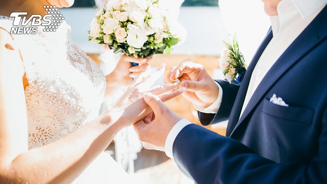 女性朋友參加喜宴時,盡量都會打扮地不要太高調,以免搶了新娘的風采。(示意圖/TVBS) 搶新娘風采!女賓客「皇后的新衣」 膚色內衣網看傻