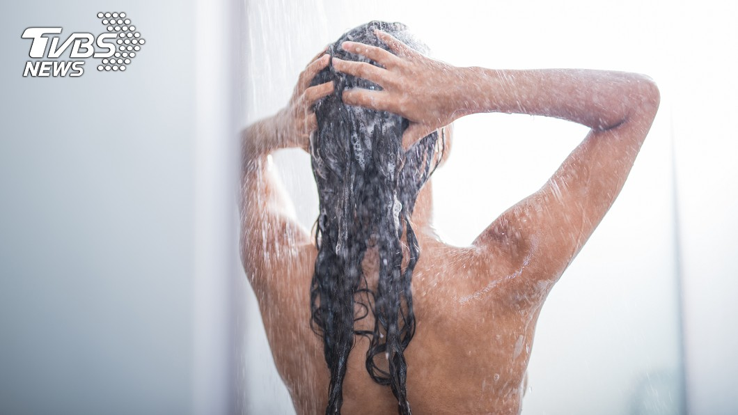 女大生日前在浴室洗澡時,室友竟帶著男友要闖入上廁所。(示意圖/TVBS) 扯!女大生在洗澡 室友帶男友「硬闖」上廁所