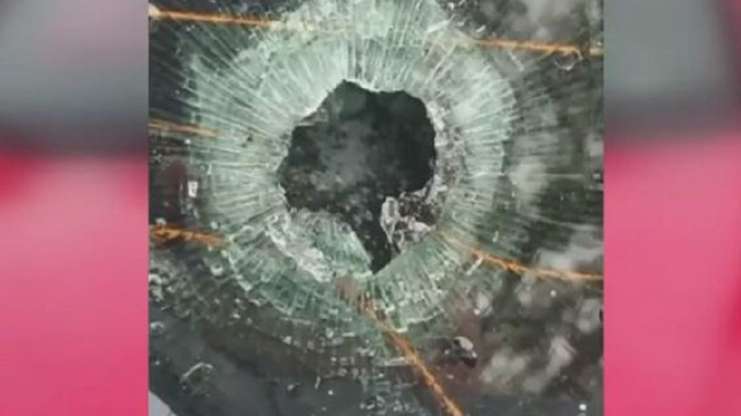 圖/翻攝自WKMG News 6 ClickOrlando YouTube 子彈穿過車窗! 女子連打三通報警沒人來