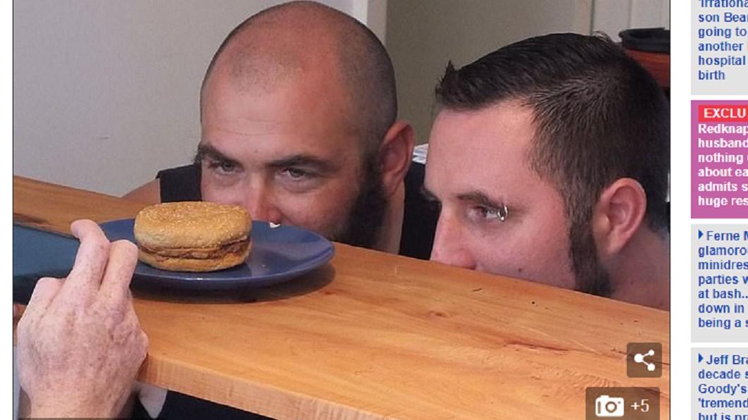 2名澳洲男子在25年前決定保存一個四盎司牛肉堡。 圖/翻攝自 每日郵報 全球最古老漢堡! 放25年了還完好無缺
