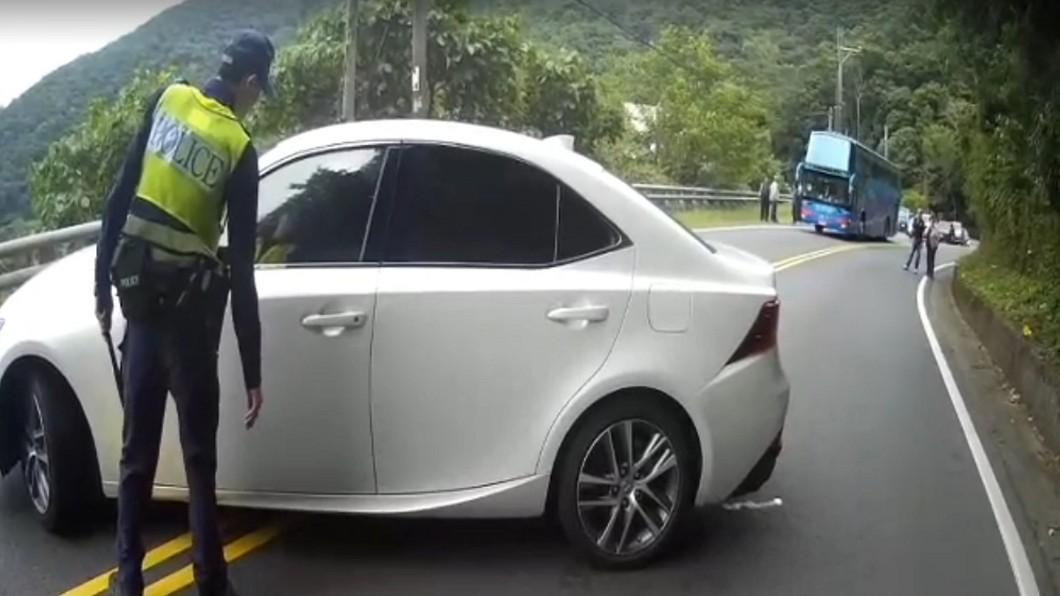 圖/中央社(民眾提供) 違規超車橫停拒檢 駕駛躲車內警方破窗抓人