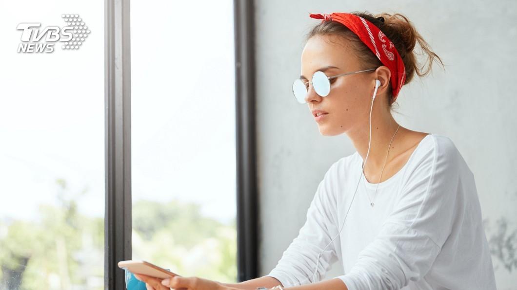 示意圖/TVBS 長時間戴耳機耳朵易感染 醫師:成細菌溫床