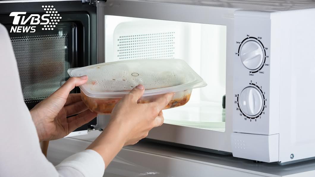 使用微波爐加熱食物是否會致癌,一直是許多人心中的疑問。示意圖/TVBS 微波爐加熱食物易致癌? 專家曝真相