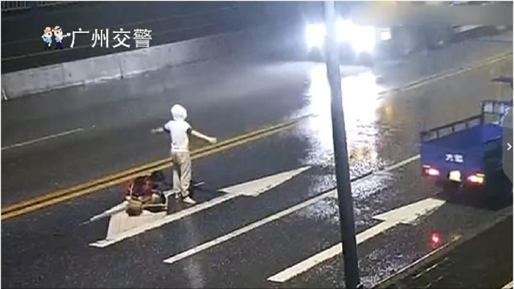 一對情侶在大馬路上爭吵,其中男生一個肘擊,讓女生痛到蹲下來。(圖/翻攝自微博) 情侶馬路上大吵…女被肘擊痛到蹲下 下秒被撞飛亡