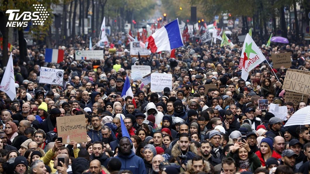 圖/達志影像美聯社 巴黎上萬人反伊斯蘭恐懼遊行 訴求引發各黨分歧