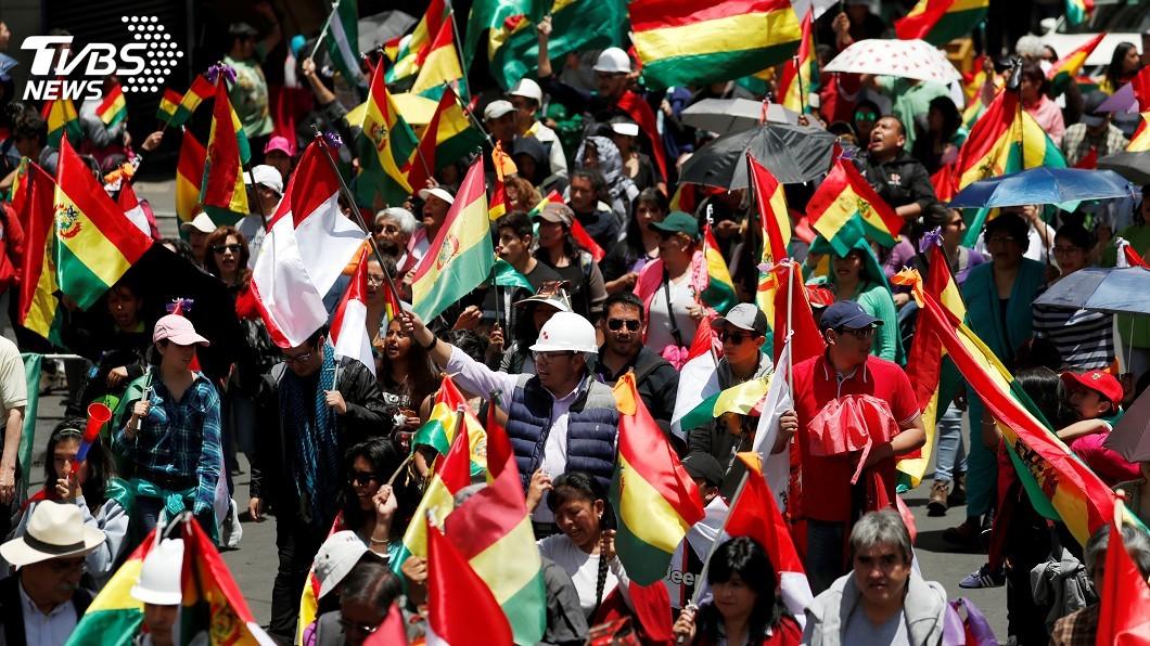 圖/達志影像路透社 玻國總統下台兩樣情 民眾歡慶盟國譴責政變