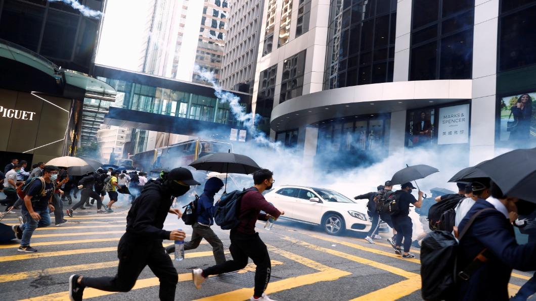 圖/達志影像路透 周一早傳槍響!港警三實彈擊中21歲男