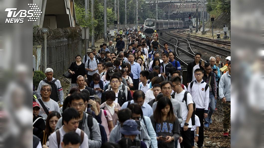 圖/達志影像美聯社 香港持續三罷行動 鐵軌遭破壞列車停駛