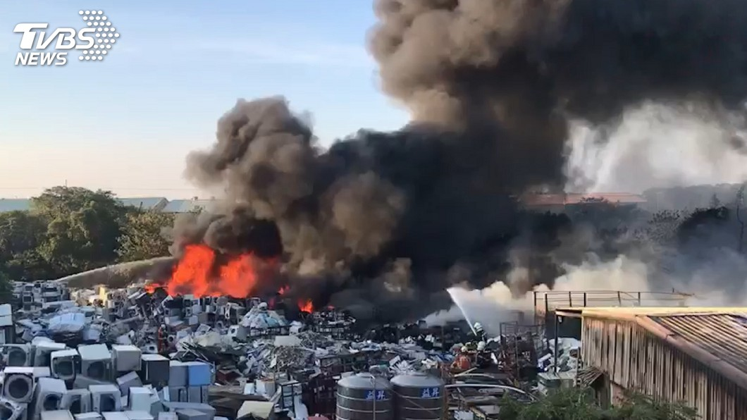 圖/桃園市政府消防局提供 龜山資源回收場凌晨火警 大火猛烈濃煙直竄天際