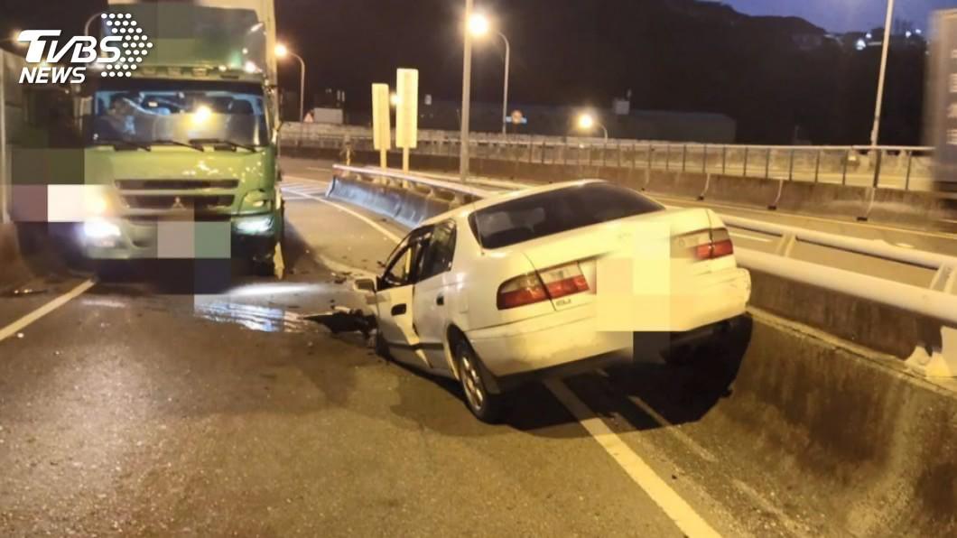 圖/TVBS 不熟路況?轎車逆向行駛 撞貨櫃車釀1死