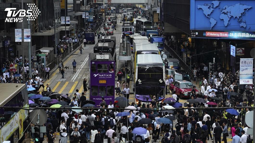 圖/達志影像美聯社 香港反送中示威者中環堵路 警方舉黑旗警告