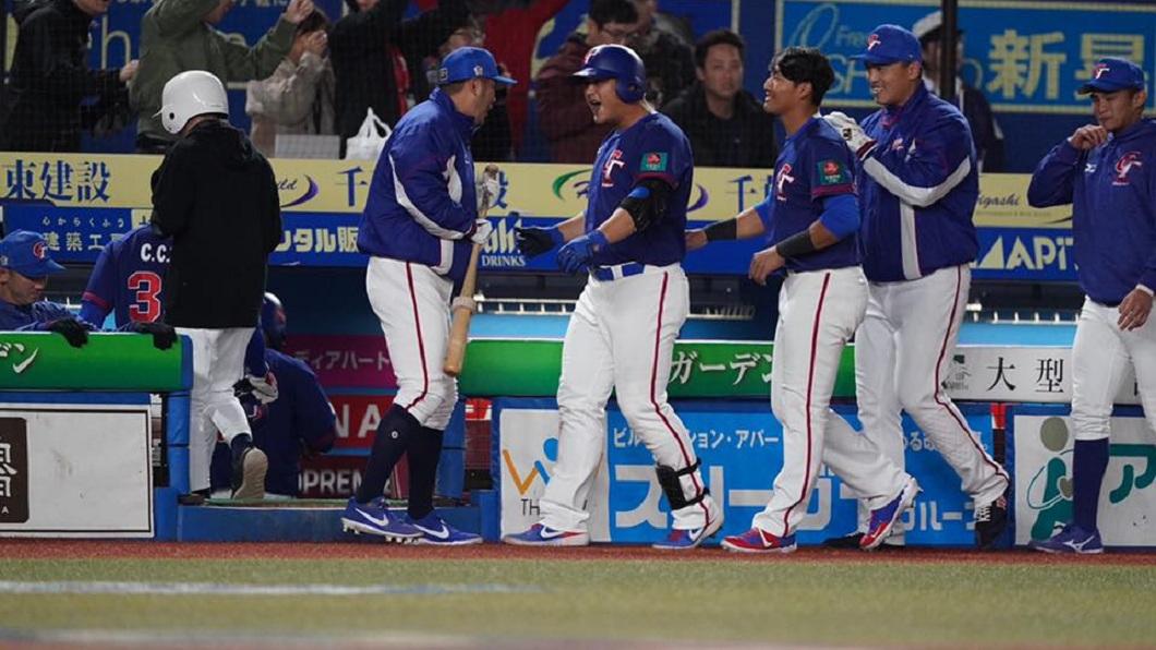 陳俊秀3分砲拉開差距,最後中華隊順利以7比0打敗韓國對。(圖/翻攝自中華民國棒球協會臉書粉絲團) 完封韓國就是爽 分局長請民眾吃300份雞排