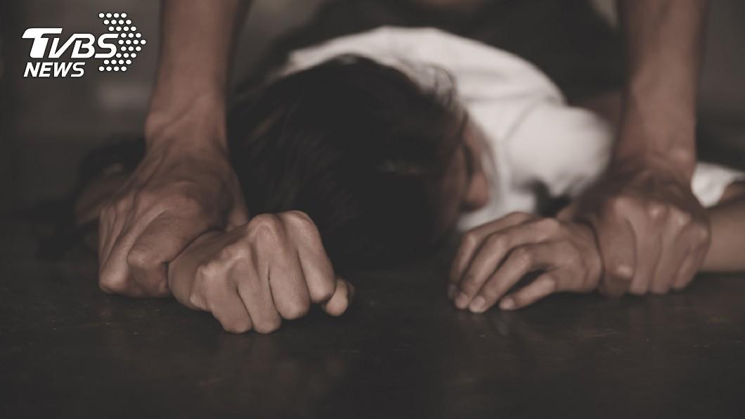 1名女子酒醉後遭男友撿屍,對方還揪朋友玩3P,她發憤考上法律系提告復仇成功。(示意圖/TVBS) 酒醉遭男友撿屍3P拍片 女發憤考上法律系復仇