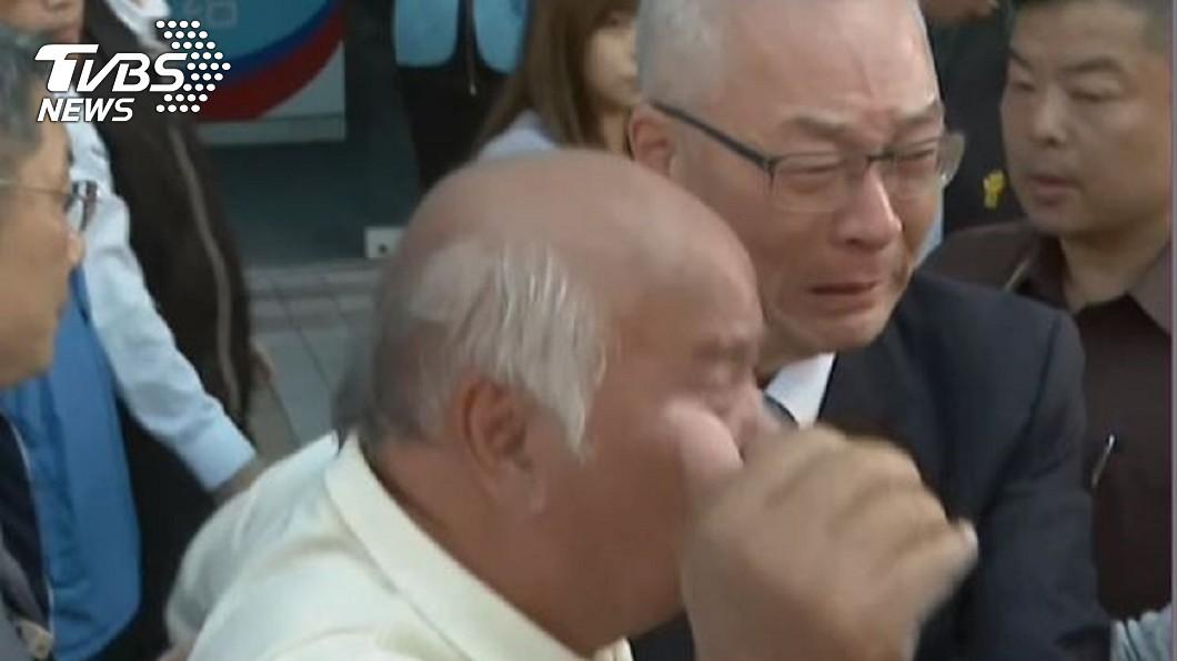 圖/TVBS 國民黨不分區名單引反彈 吳敦義抱支持者哭了!