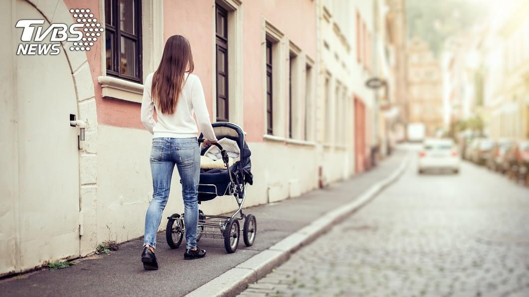 當時一名母親推著嬰兒車經過公寓。示意圖/TVBS 8樓「冷氣機」從天而降 嬰兒車內2歲女童慘遭砸
