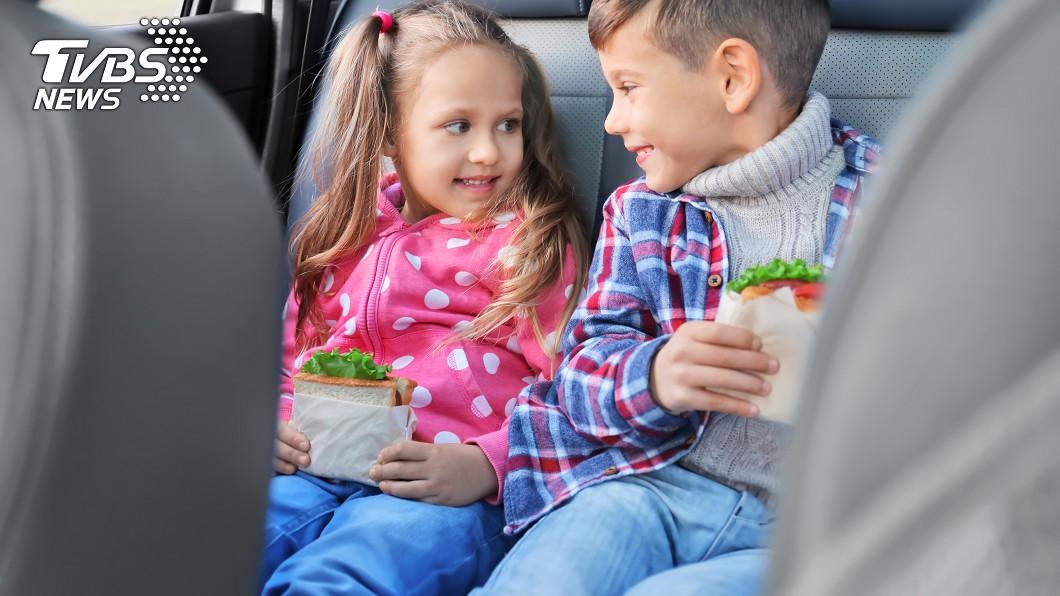示意圖/TVBS 你會在車上給小孩吃東西嗎? 醫師提醒:恐送急診室!