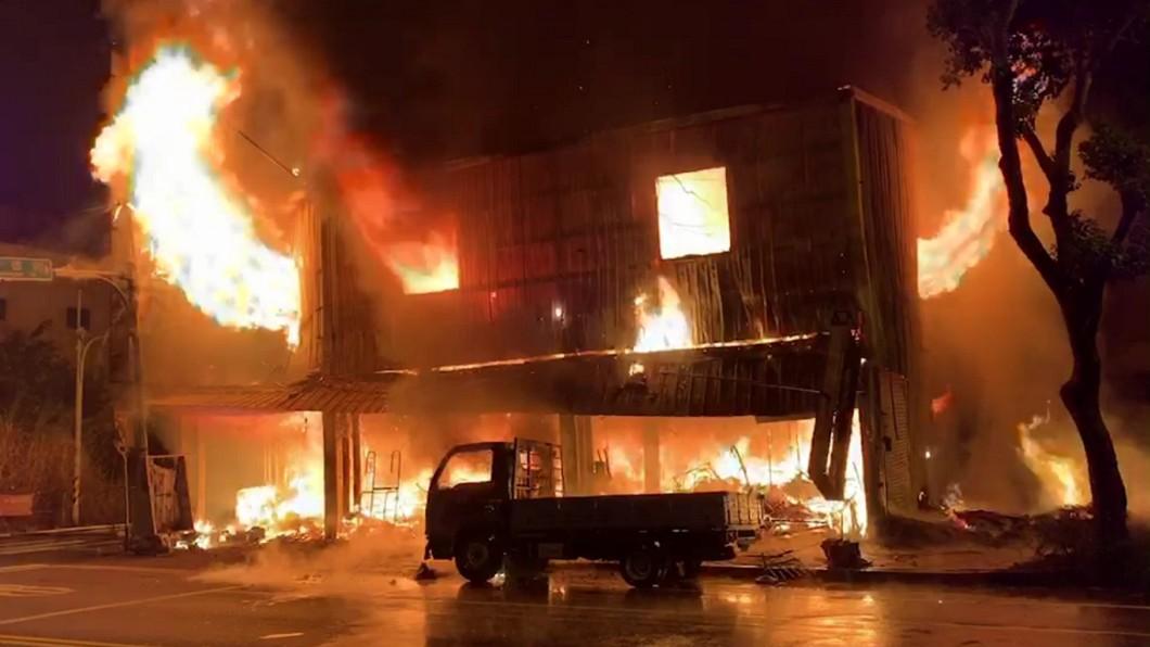 圖/中央社(翻攝照片) 疑因流浪漢燒垃圾釀火警 草屯家具行被燒光
