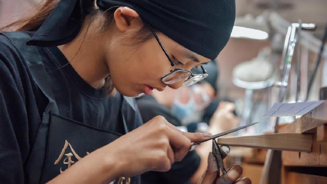 金藝求精 全國精品金工競賽參賽學生。(圖/東龍珠鑽石集團) 台灣最大珠寶展 首見高中生作品參展