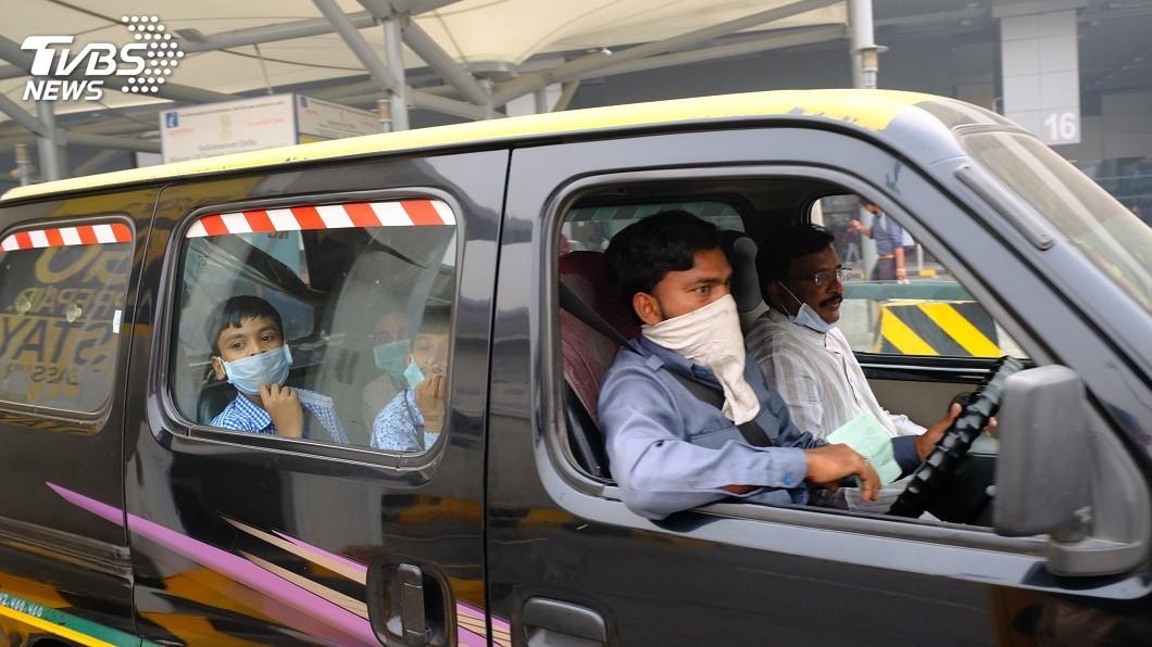 圖/中央社 霧霾中賽跑 新德里千名孩童淪人體空氣清淨機