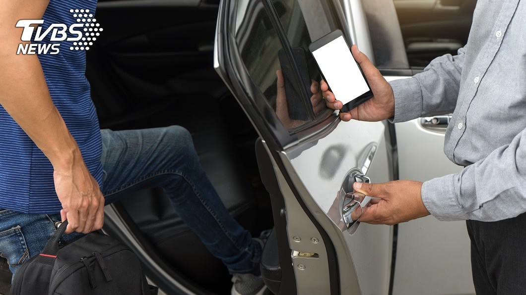 使用手機叫車已逐漸成為一種趨勢!示意圖/TVBS 妹子深夜狂發求救訊息 Uber司機看地點嚇歪:撐住