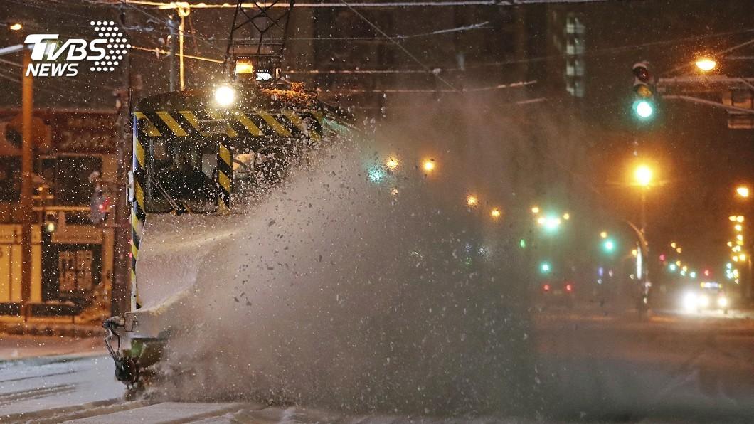 圖/達志影像美聯社 北海道暴風雪電線桿攔腰折 路面凍結車禍頻傳
