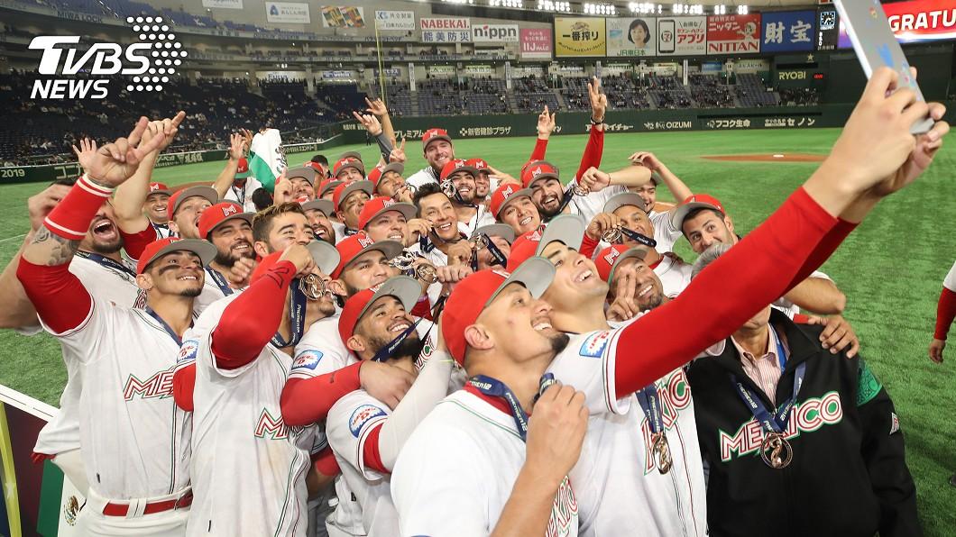 2019第2屆世界12強棒球錦標賽季軍17日出爐,由墨西哥隊(圖)以3比2擊退美國隊拿下,同時也為墨西哥搶下2020東京奧運資格。圖為墨西哥選手領獎後,開心自拍留念。圖/中央社 史上首次進奧運! 12強墨西哥再見安勝美國