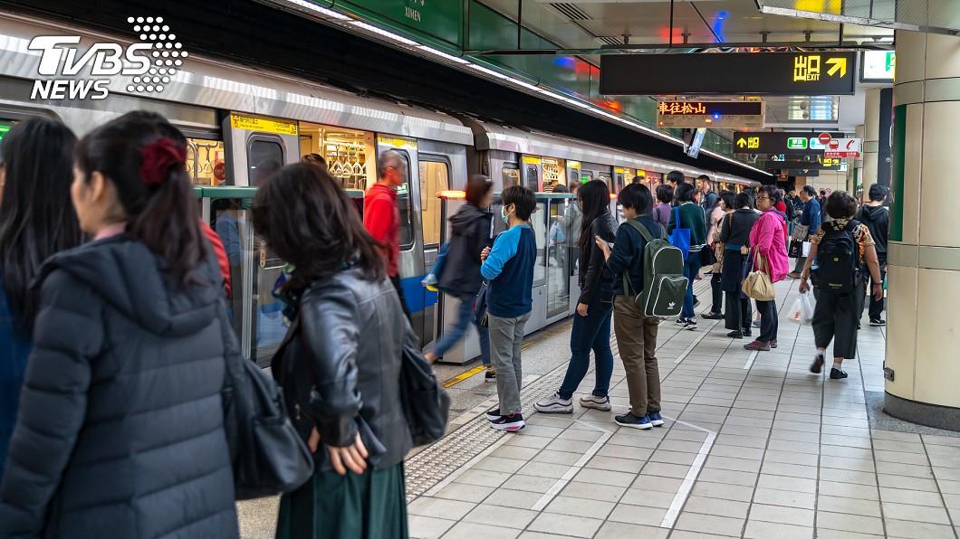 大台北地區公共交通運輸系統非常方便。示意圖/TVBS 大媽擠捷運「狂吼1句」 網友掀正反論戰