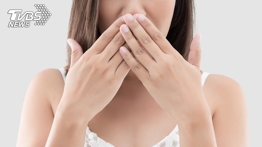 你也深受口臭困擾嗎?示意圖/TVBS 20歲少女嘴飄死魚味「臭到被分手」 醫驚見塊狀物嚇傻